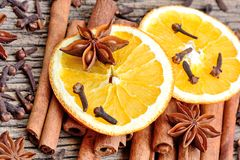 Различные специи с отрезанный высушенного апельсина на таблице Стоковые Изображения
