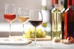 Различные стекла с вином служили стоковые фото