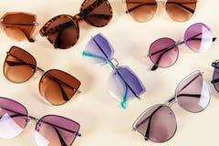 Различные стильные солнечные очки на желтой предпосылке Картина Предпосылка солнечных очков Оптический магазин стоковые изображения rf