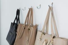 Различные сумки вися на крюке Стоковая Фотография