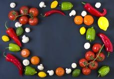 Различные сырцовые овощи и специи на черной предпосылке еда здоровая Сбор осени и здоровая концепция натуральных продуктов Стоковое фото RF