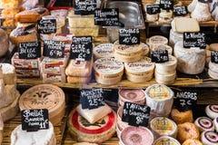 Различные сыры на счетчике малого магазина на Aligre Стоковая Фотография RF