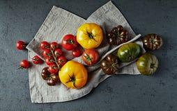 Различные типы томатов на ткани белья r стоковая фотография rf