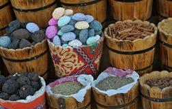 Различные товары и специи в деревянном бочонке стоковая фотография rf