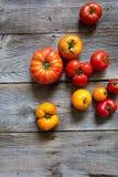 Различные томаты heirloom для органической кухни над старым деревянным столом стоковое фото rf