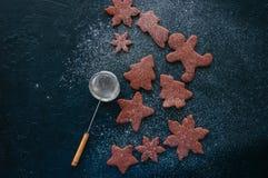 Различные формы печений пряника шоколада взбрызнутых с Стоковые Фотографии RF