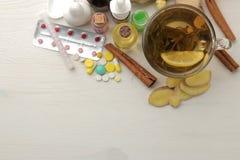 Различные холодные медицины и холодные выходы на белом деревянном столе холодно заболевания холодно над взглядом стоковые изображения rf