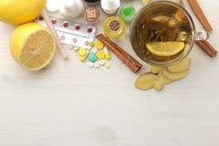 Различные холодные медицины и холодные выходы на белом деревянном столе холодно заболевания холодно над взглядом стоковые фото
