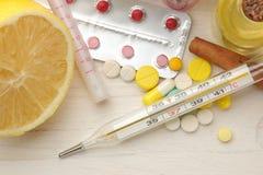 Различные холодные медицины и холодные выходы на белом деревянном столе холодно заболевания холодно над взглядом стоковые фотографии rf
