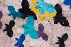 Различные цвета бабочки покрашены на стене путем летать и беспечальный Стоковые Фотографии RF