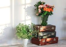 Различные цветки в вазах для флористической мастерской в студии искусства Стоковое Фото