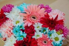 Различные цветки в много ярких цветов в смешанном букете Стоковые Изображения