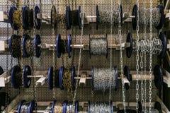 Различные цепи в катушках крена Промышленные стальные цепи на рынке стоковое изображение rf