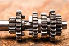 Различные части и аксессуары автомобиля, на предпосылке металла - изображении стоковое фото