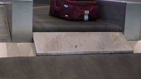 Различные чемоданы на конвейерных лентах багажа в крупном аэропорте видеоматериал