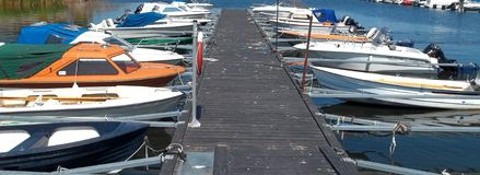 Различные шлюпки около пристани в Швеции стоковое фото rf