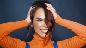 Различные эмоции на женской стороне в замедленном движении Выражение лица на стороне сток-видео