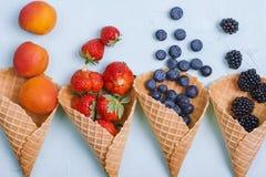 Различные ягоды и плодоовощи на голубой предпосылке Открытый космос для текста скопируйте космос Плоское положение стоковые изображения