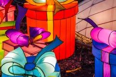Различные яркие китайские небольшие лампы в парке Гирлянда Необыкновенное оформление для улиц и дома Праздничное настроение стоковые изображения rf