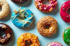 Различные donuts на голубой предпосылке, сверху Стоковые Фото