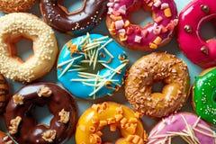 Различные donuts на голубой предпосылке, сверху Стоковое Изображение RF