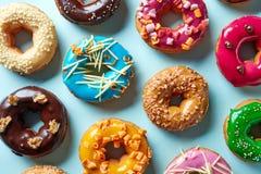 Различные donuts на голубой предпосылке, сверху Стоковая Фотография