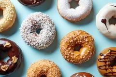 Различные donuts на голубой предпосылке, сверху Стоковые Фотографии RF