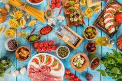 Различный вид итальянской еды служил на древесине стоковые изображения