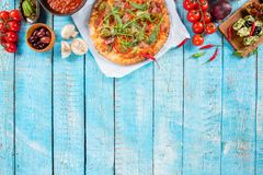 Различный вид итальянской еды служил на древесине стоковые фото
