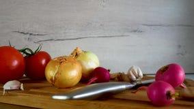 Различный вид свежих овощей показан на кухонном столе сток-видео
