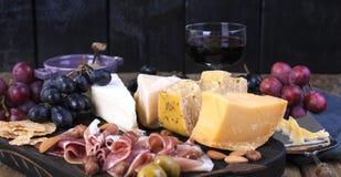 Различный голландский сыр Ветчина, виноградины, оливки и закуски Открытый космос для текста скопируйте космос Стоковые Изображения RF