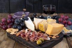 Различный голландский сыр Ветчина, виноградины, оливки и закуски Открытый космос для текста скопируйте космос Стоковое Изображение