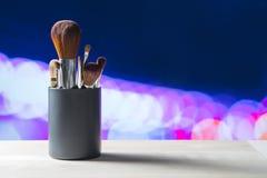 Различный составьте щетки в контейнере на таблице Стоковая Фотография