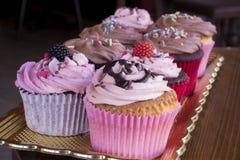 Различный тип очень вкусных пирожных на золотом подносе Стоковая Фотография RF