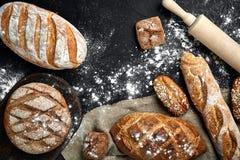 Различный хлеб с ушами на деревянной предпосылке Стоковое Изображение