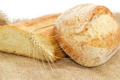 Различный хлеб шестка пшеницы 2 с ухом пшеницы на дерюге Стоковая Фотография RF