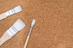 3 различных белых кисти на пробковой доске Стоковое Изображение