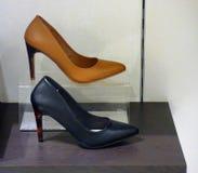 2 различных ботинка женщин для продажи Стоковое фото RF