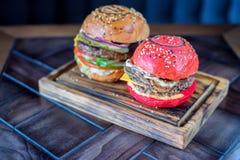 2 различных бургера ресторана на деревянной доске Стоковые Изображения RF