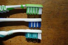 3 различных головы зубной щетки на древесине Стоковые Фотографии RF