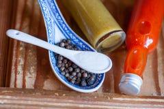 2 различных горячих соусы, соль и перца Стоковое Фото