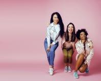 3 различных девушки нации с diversuty в коже, волосах азиатско Стоковое фото RF