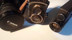 3 различных периода технологии обработки изображения: Канон 600d от 2010s, Rolleiflex от 1930s и Agfa Microflex 200 от 1970s видеоматериал