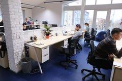 Размеры офиса в середине рабочего дня при люди погруженные в wo Стоковые Изображения