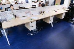 Размеры офиса в середине рабочего дня при люди погруженные в wo Стоковое фото RF