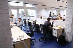 Размеры офиса в середине рабочего дня при люди погруженные в wo Стоковая Фотография