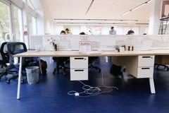 Размеры офиса в середине рабочего дня при люди погруженные в wo Стоковое Изображение