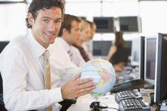 размеры офиса глобуса стола бизнесмена Стоковая Фотография RF