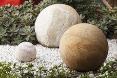 Размер и цвет круглых камней различный украшая сад Стоковая Фотография RF