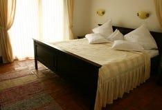размер короля кровати деревянный стоковая фотография rf